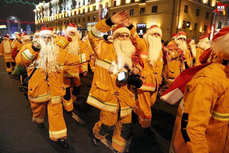 Белорусские спасатели присоединились к колонне Дедов Морозов и Снегурочек