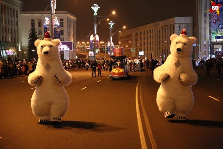 Куклы Белого медведя сопровождали колонну Дедов Морозов