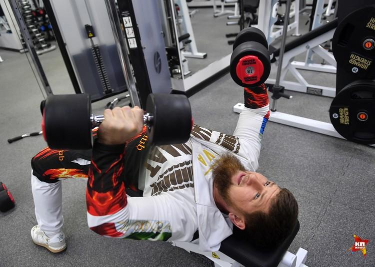 18 килограммовые гантели для Рамзана Кадырова - обычное дело на ежедневных тренировках