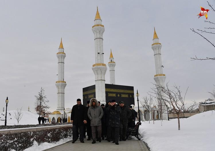 Кадыров вместе со своими соратниками после молитвы в мечети резеденции