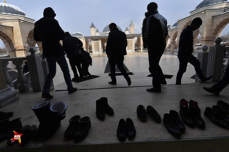 Люди обуваются после посещения мечети. по правила в мечеть можно входить только без обучви