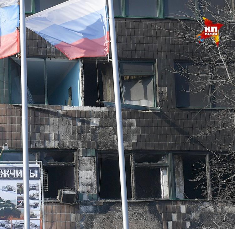 Следы взрыва на фасаде здания.