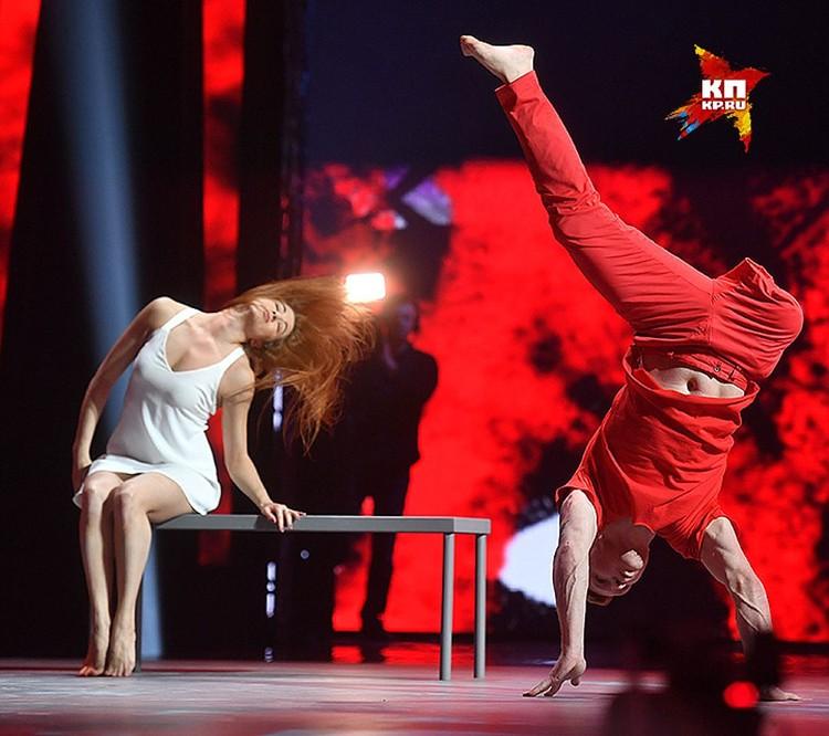 Рената Литвинова посоветовала одноногому участнику программы Евгению Смирнову, исполнившему танец, «пристегнуть» конечность, чтобы не эксплуатировать тему инвалидности