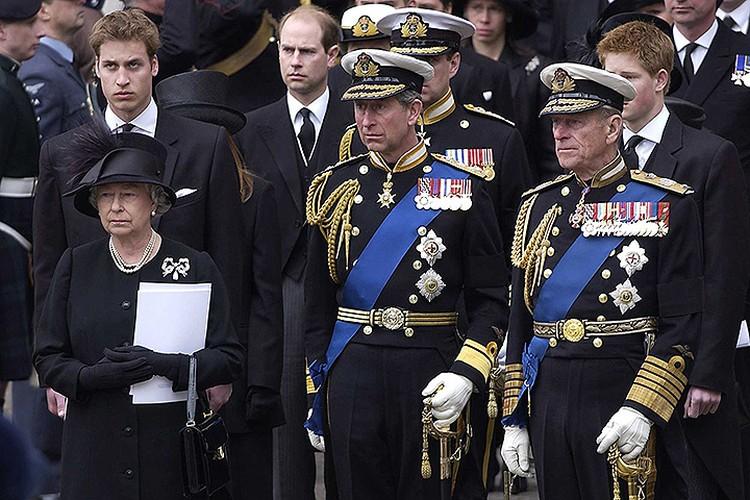 Монаршая семья Великобритании во время похорон Королевы-матери, апрель 2002 года.