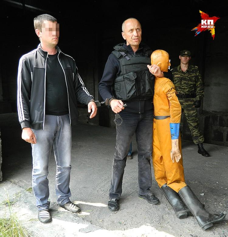 Подозреваемый Попков во время следственного эксперимента.