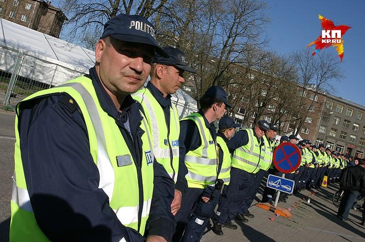 """Полицейское оцепление перед началом операции по переносу """"Бронзового солдата"""". На заднем плане - белая палатка, за которой скрыли памятник."""