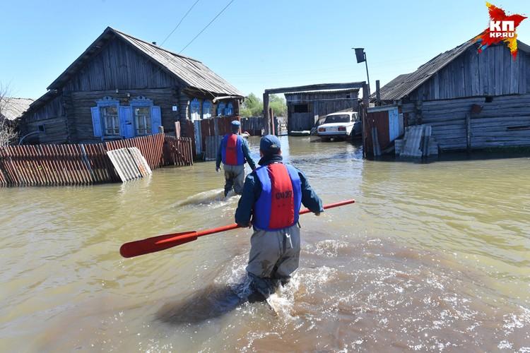 Сотрудники МЧС проверяют граждан, пожелавших остаться в своих домах