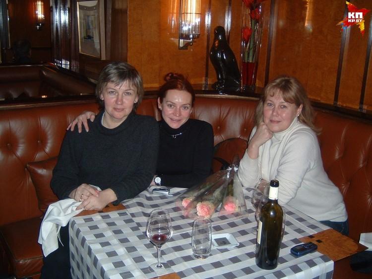Светлана Романова (слева), Марина Анисина и Людмила Браташ в середине нулевых в Париже. Фото: личный архив.