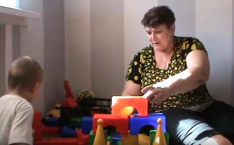 Со старшими внуками Анна Михайловна играет в компьютерные игры, с младшим - чаще в реальные.
