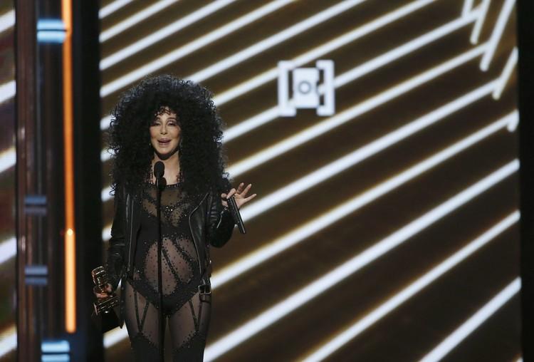 Певица переоделась в прозрачный черный облегающий комбинезон.