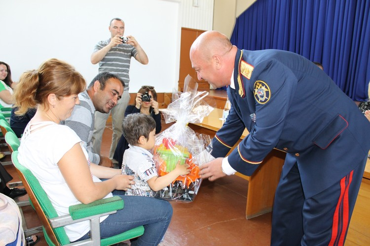 Абляким тоже не остался без подарков. Фото: пресс-служба СУ СК РФ по Республике Крым