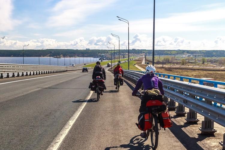Стройной колонной по Президентскому мосту в Ульяновске. Фото: Михаил ЕРМАКОВ.