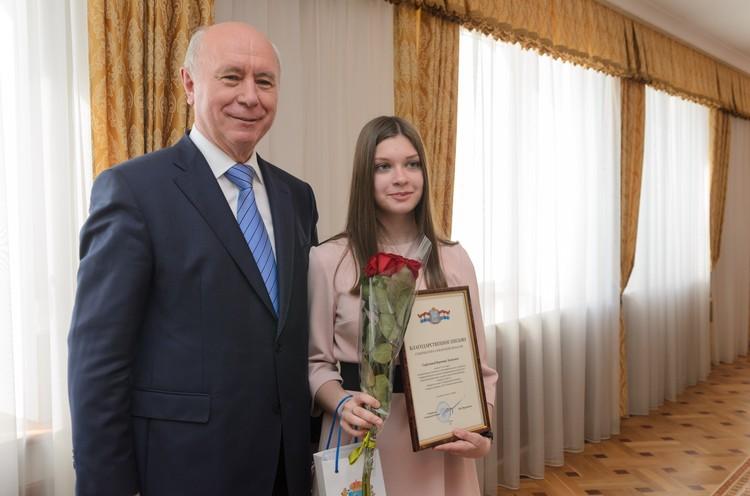 Николай Меркушкин поздравил победительницу акции Веронику Горбунову, которая получила за четвертую четверть 252 «пятерки»