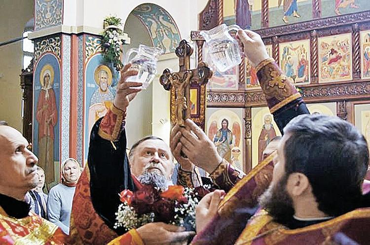 Иерей Сергий Шацкий (в центре) выступил свидетелем обвинения. Другие священники его не поддержали.