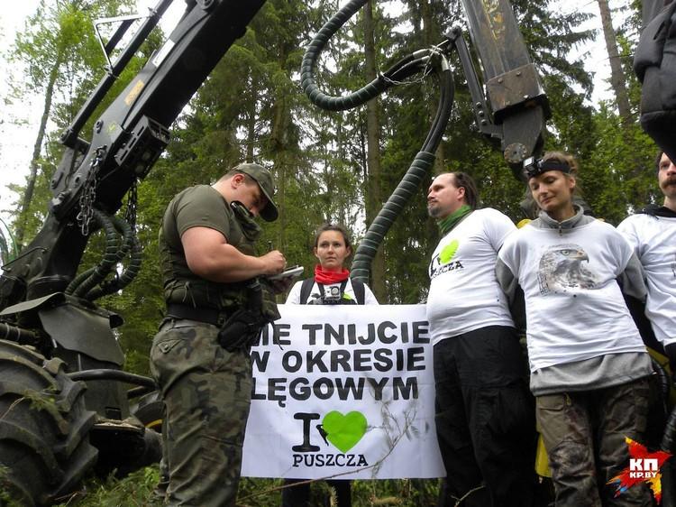 «Мы идем на это от безысходности», - говорят волонтеры, которые блокируют харвестеры. Фото: Oboz dla Puszczy.