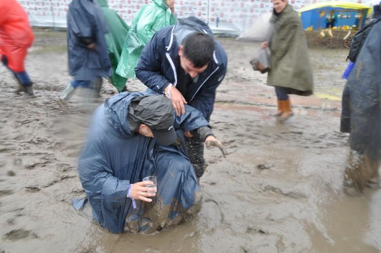 Даже дождевики и резиновые сапоги не спасали от грязи