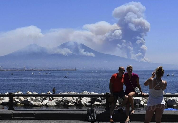 Для туристов пожар на Везувии - отличный фон.