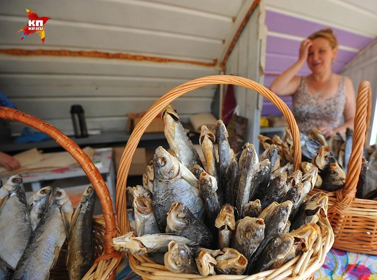 Корзины с сушеной воблой в Осташкове.