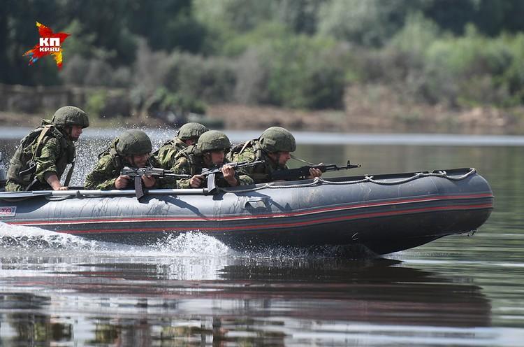 Штурмовые группы на новых быстроходных лодках устремляются к берегу.