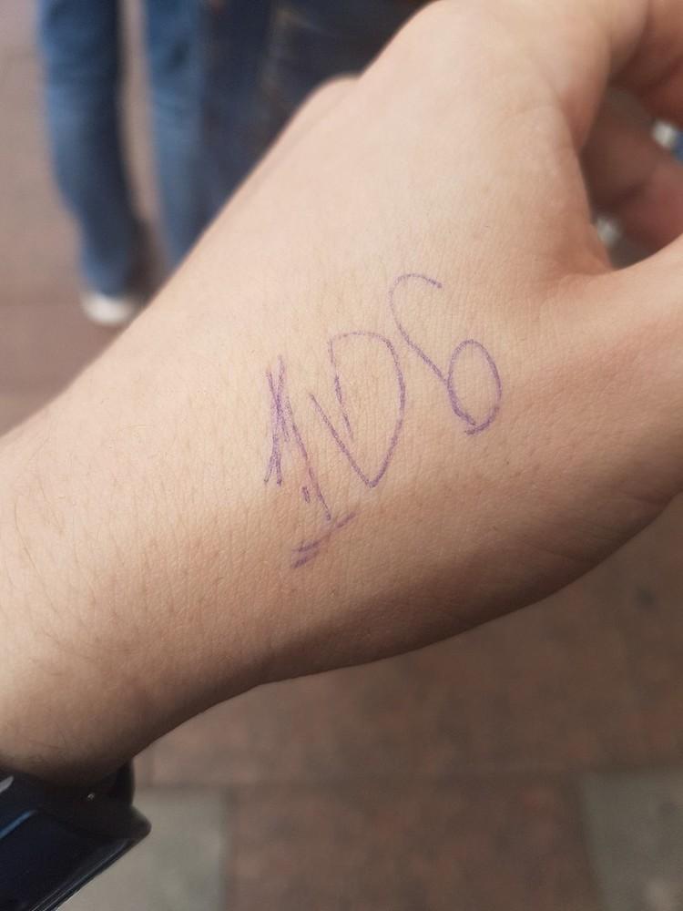 Счастливчики хвастаются своими номерами. Фото: Вконтакте