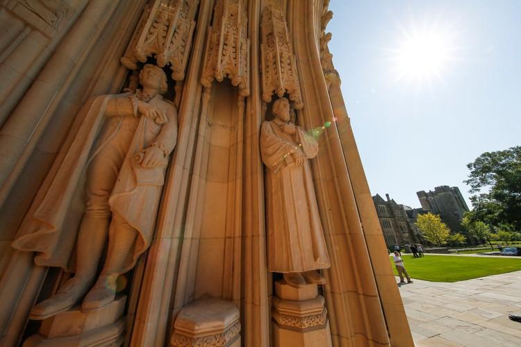 Пустующее место статуи генерала Ли в арке часовни университета Дьюка