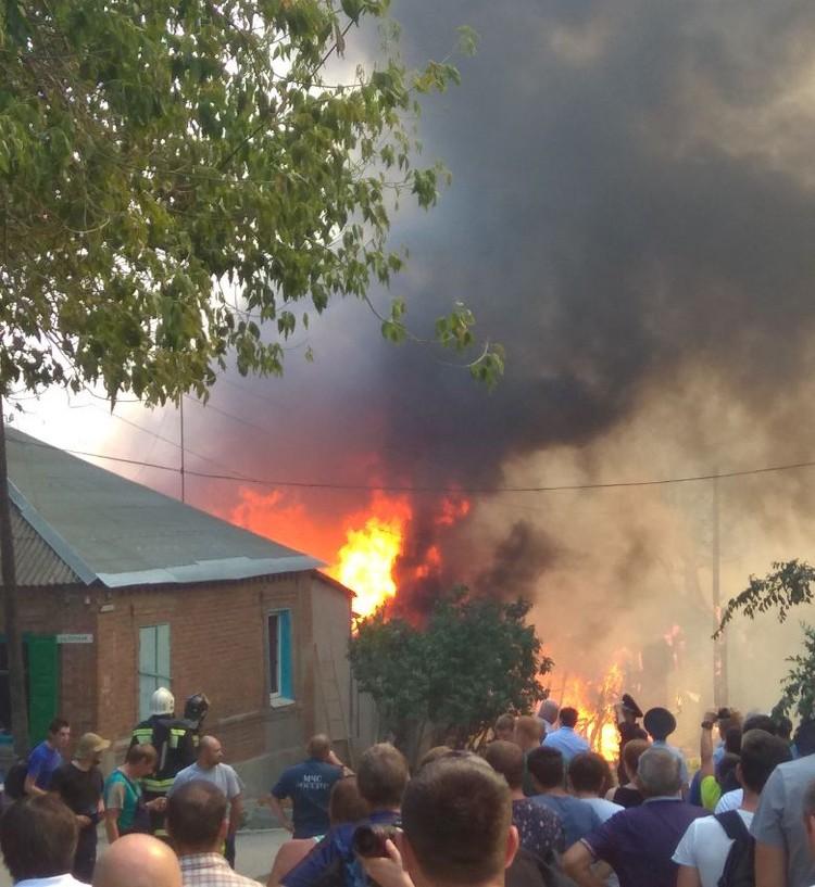 В центре Ростова горит частный дом.