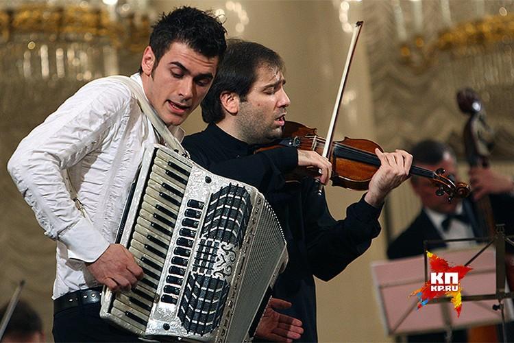 2010 год, благотворительный концерт скрипача Дмитрия Когана в Колонном зале Дома Союзов. На сцене Дмитрий Коган и Петр Дранга.
