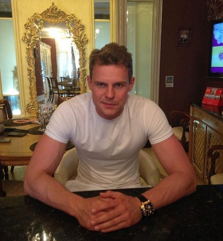 В июле после массовой аварии на Волоколамском шоссе сбежал сын бывшего президента МГТС Михаила Смирнова — 32-летний Андрей