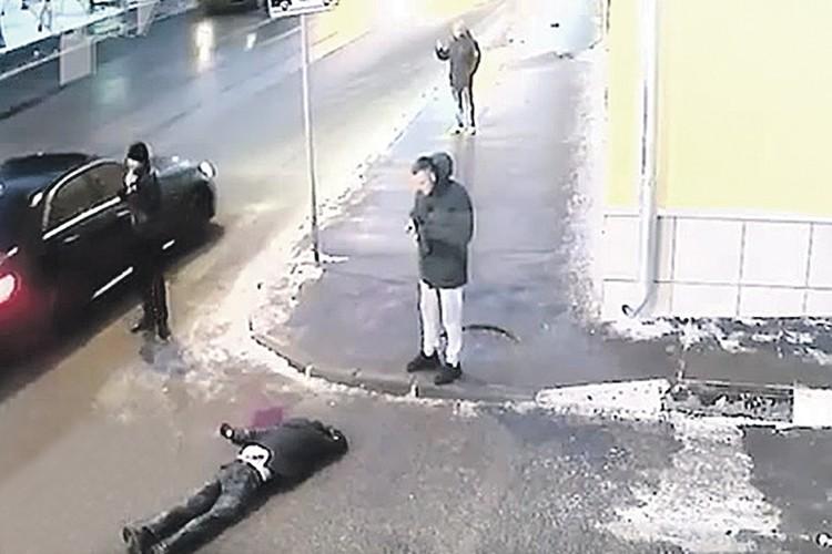 Черный «Мерседес» сбил Юрия Карпова, когда тот шел по тротуару. Удар был такой силы, что парень пролетел несколько метров и упал на дорогу. Фото: Кадр видеосъемки