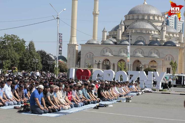 Митинг завершился коллективной молитвой