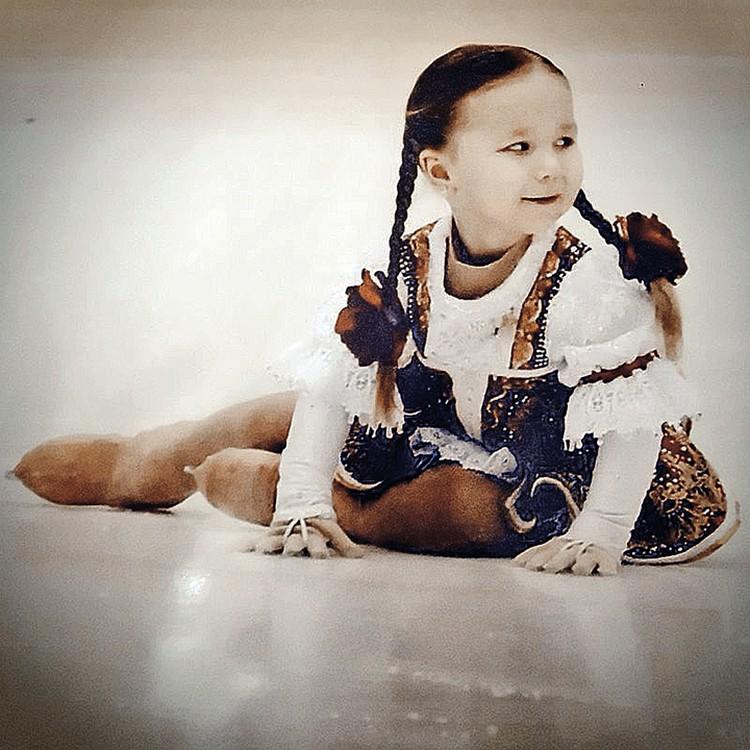 В фигурное катание Юля попала в три года: так мама решила бороться с гиперактивностью малышки.