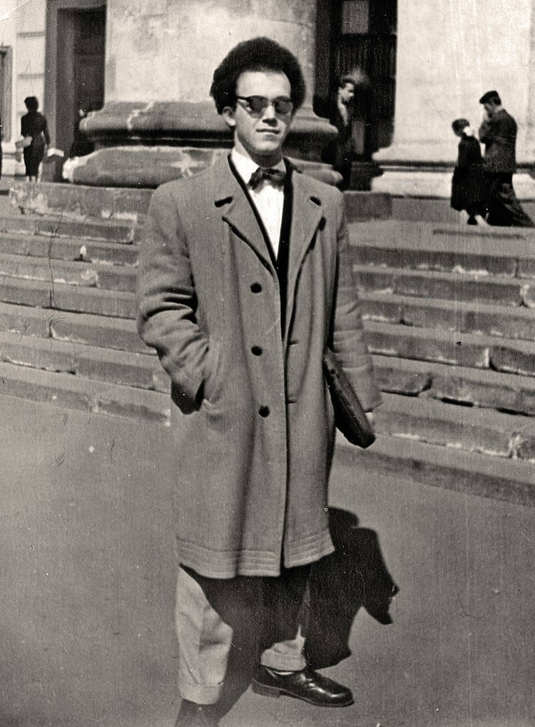 Иосиф Кобзон в Москве, у Большого театра. 1959 г. Фото: Личный архив Иосифа Кобзона