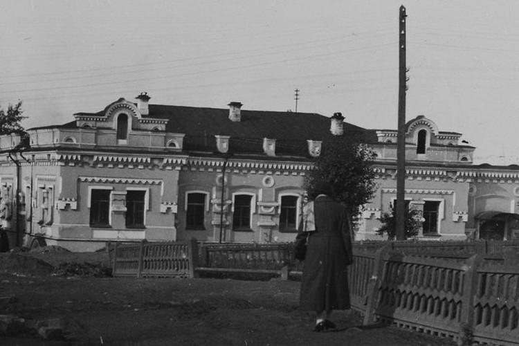 Дом, в котором с 16 на 17 июля 1918 года большевики расстреляли царскую семью, был построен в Екатеринбурге в конце 1880-х годов. В начале XX века особняк купил инженер-строитель Николай Ипатьев и прожил в нем до 1917 года, пока большевики не выселили.