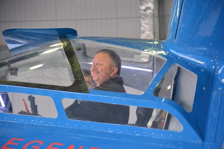 Деловая поездка может быть интересной. Партнеры усадили премьер-министра в кабину цельнокомпозитного «кукурузника» ТВС-2ДТС.