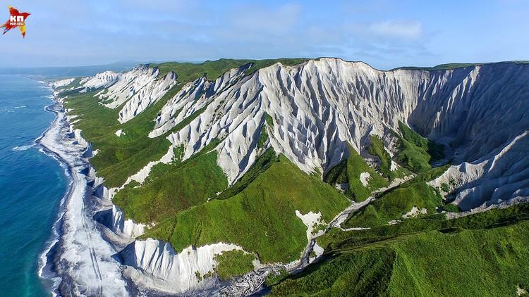 Белые скалы образованные из светлой и мягкой пемзы. Дожди и ветра выветривают пемзу превращая ее в белый песок