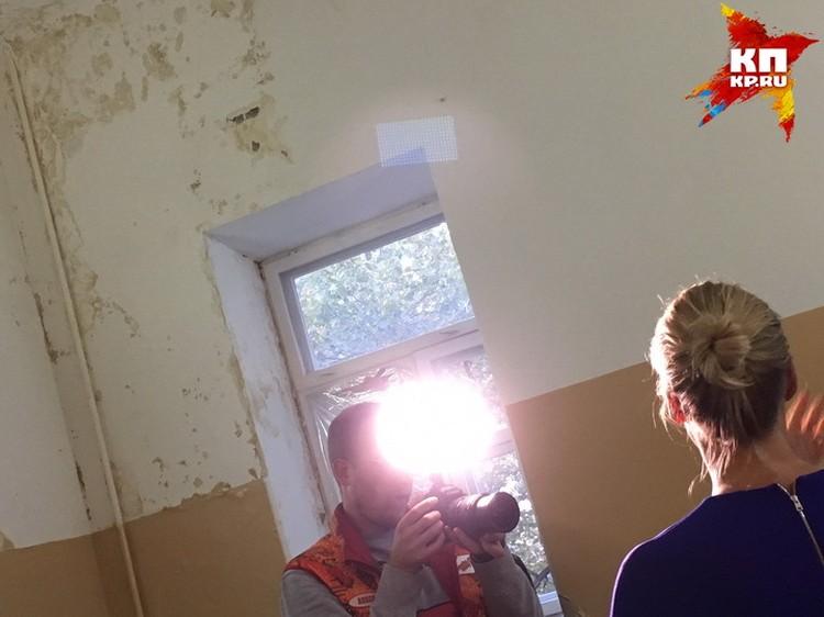 Протекающая стена с плесенью в воронежкой больнице.