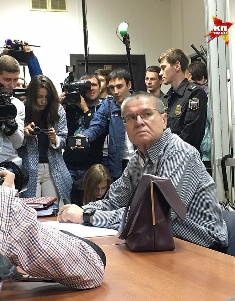 В четверг утром Замоскворецкий суд Москвы продолжил процесс по делу бывшего министра экономического развития Алексея Улюкаева