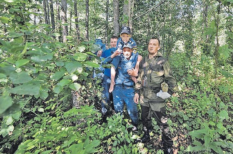 Пока продолжается неразбериха с законом, вся надежда на ручной способ спасения, как в Брянской области в июле этого года. Чтобы найти потерявшегося 8-летнего ребенка, понадобилось 210 добровольцев, полицейских и спасателей. Фото: Пресс-служба МЧС России