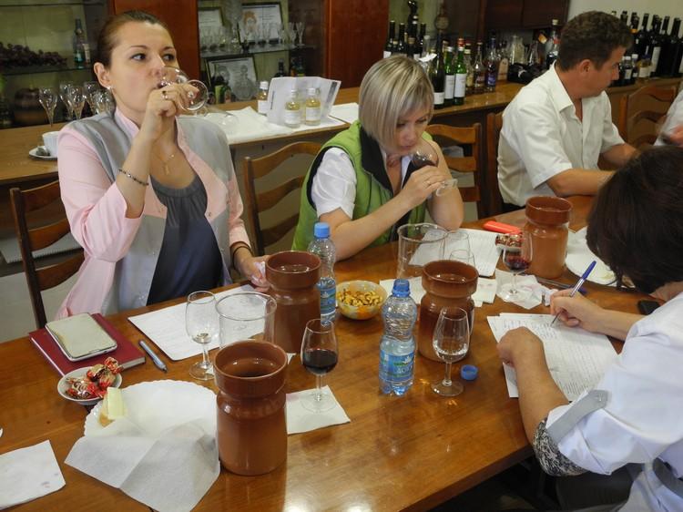 Рабочее утро понедельника у специалистов винодельческого предприятия начинается с дегустации. Фото: Алексей БОЯРСКИЙ