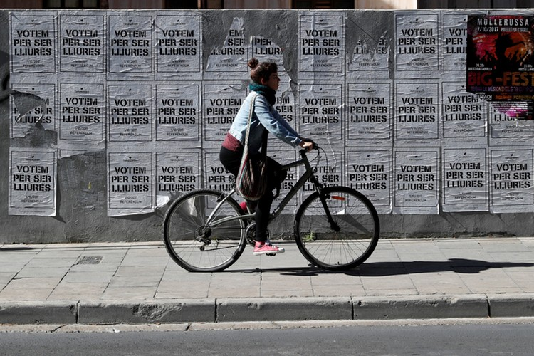 """Надпись на плакатах: """"Голосуй быть свободным""""."""
