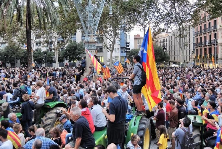 Испания хочет уничтожить каталонскую автономию.
