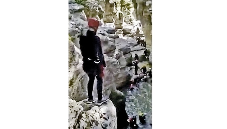 В интернете уже гуляет видео с первых тренировок «кадрового резерва». Резервисты сплачиваются и борются со страхом, прыгая в реку с 7-метровой скалы. Фото: youtube.com/РБК