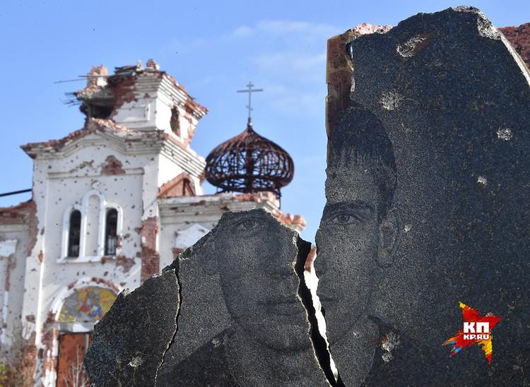 Изуродованное войной Иверское кладбище и разрушенный монастырь.