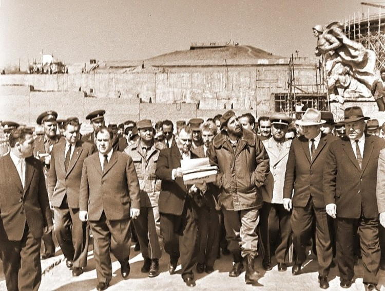 Евгений Вучетич и Фидель Кастро на Мамаевом кургане. 1963 год. Фото из личного архива фотокорреспондента ТАСС Степана Курунина.