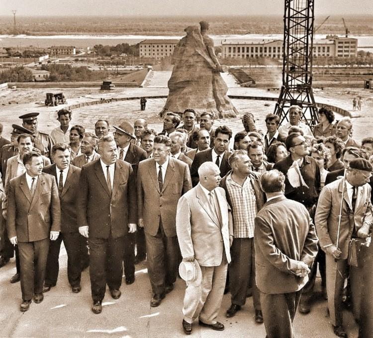 Хрущев осматривает строящийся мемориал. 1963 г. Фото из личного архива фотокорреспондента ТАСС Степана Курунина.