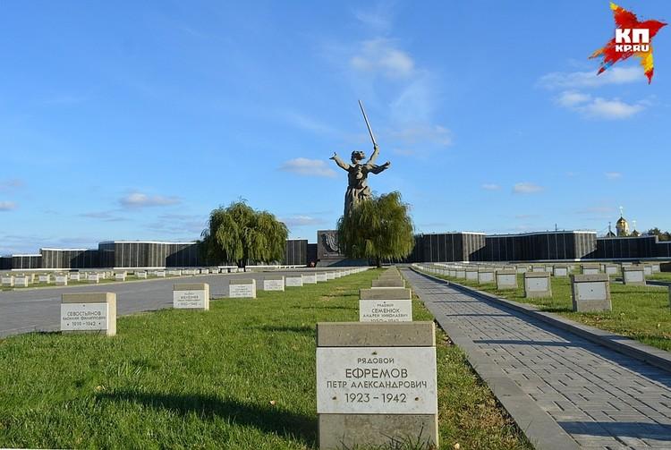 На воинском мемориальном кладбище покоятся останки 1911 воинов.