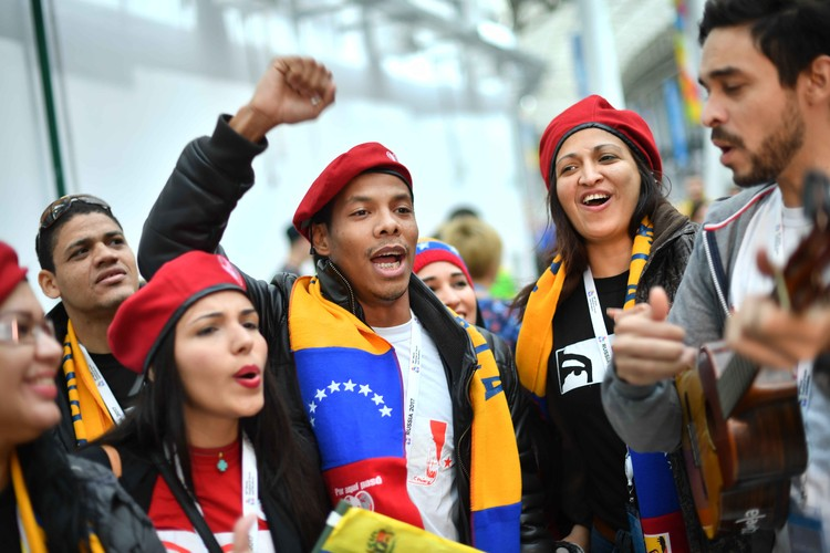На фестивале собрались тысячи людей из разных стран.