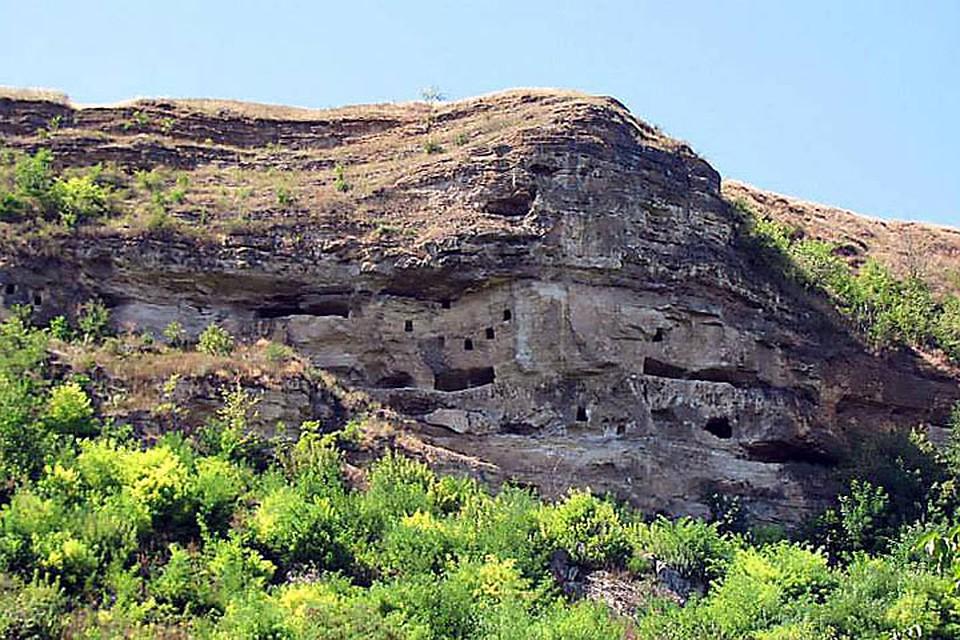 Одна из загадок Соколы - пещеры в скале. Фото:timpul.md