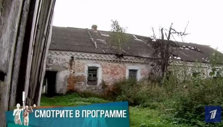 В этой конюшне кроме Нины Дмитриевны еще остались люди, которые там прописаны и живут