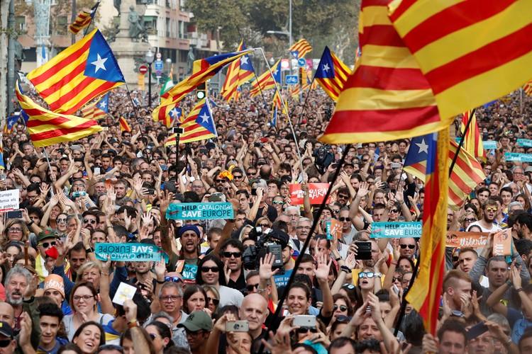 Тысячи людей у стен парламента в Барселоне.